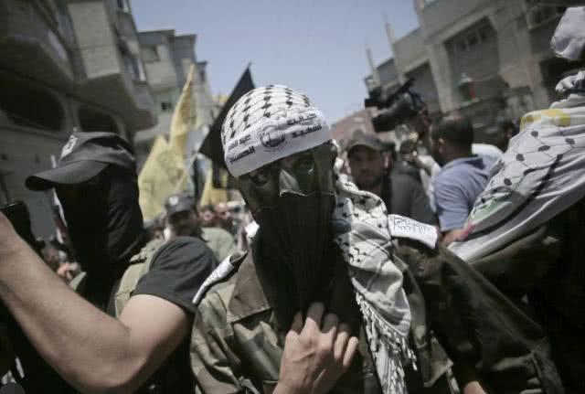 加沙武装分子对以发射600余枚火箭弹,以军还击空袭260次 伴娘被按在车