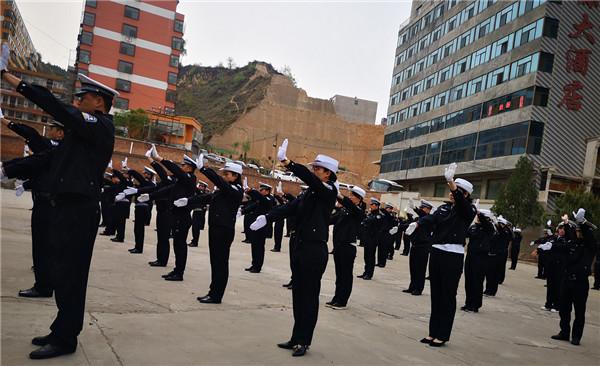 吕梁市公安局交警支队直属二大队交警开展交通指挥手势培训