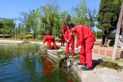 胜利油田河口管理中心孤岛环卫绿化大队组织党员清理神仙沟水面飘浮垃圾