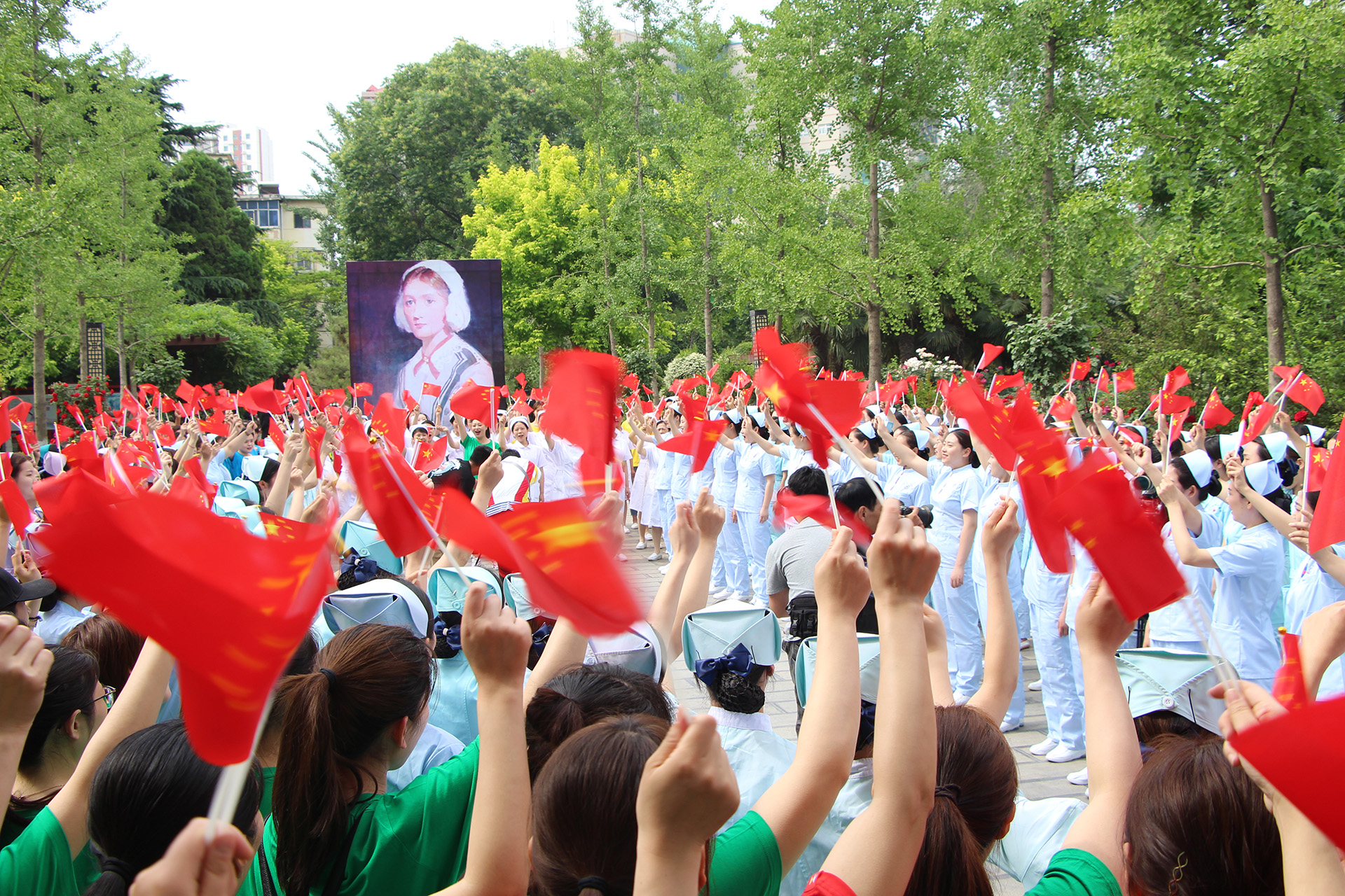 郑州近400名护士为庆祝护士节 共同参与纪念5.12护士节快闪活动