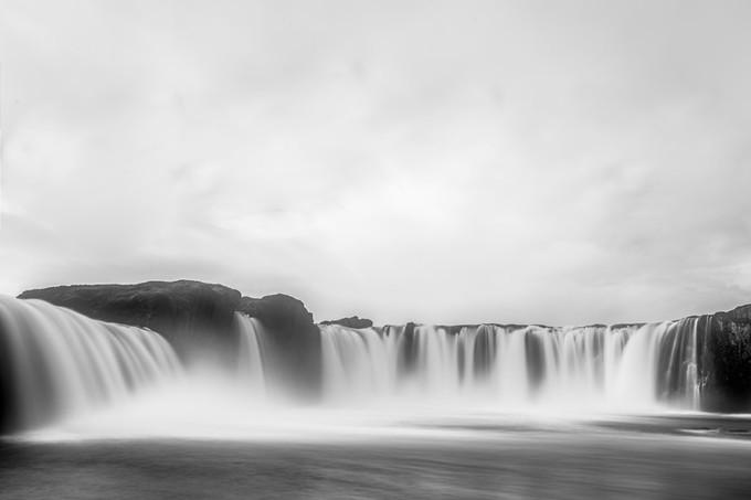 冰岛壮观的瀑布景象