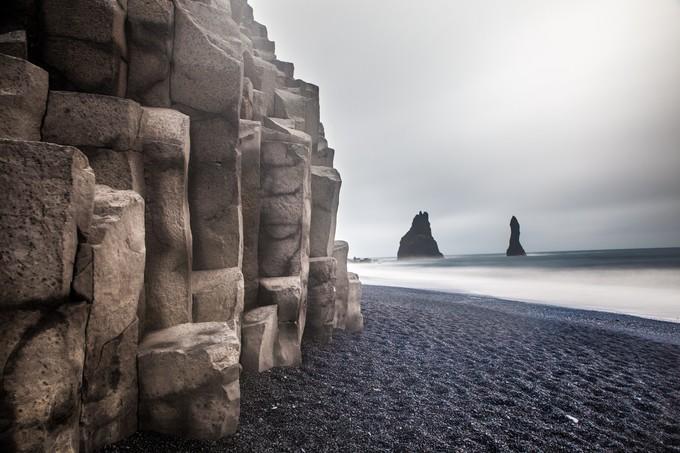黑沙滩的柱状岩石