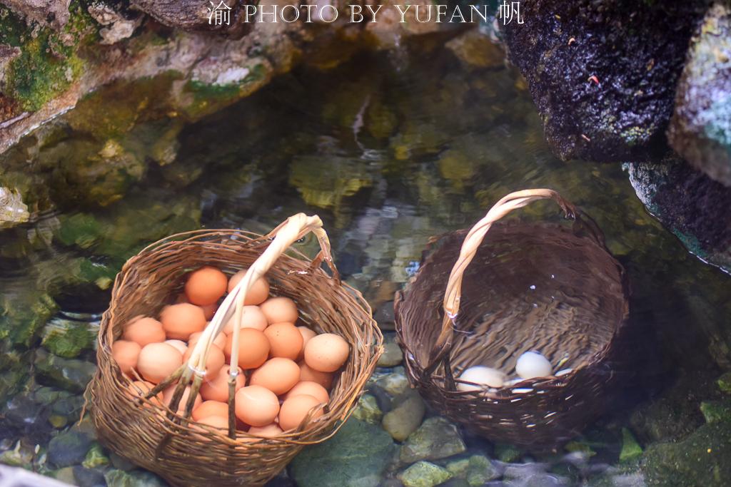 贡嘎雪山下有个药池沸泉,游客们一边泉水泡脚一边饮泉水吃煮鸡蛋
