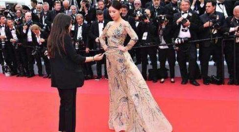 电影大亨王中磊也去了戛纳电影节,但不蹭毯一家三口拍照自娱自乐