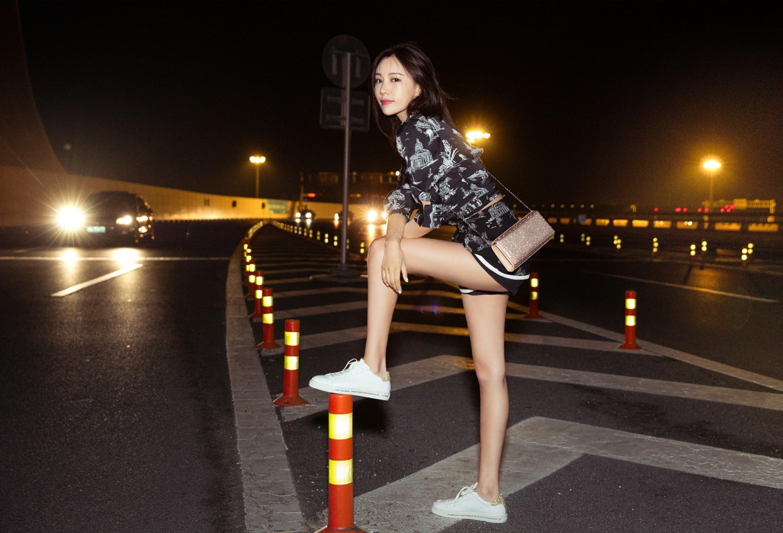 再看施予斐戛纳机场夜景街拍图 元气少女美腿杀无敌可爱