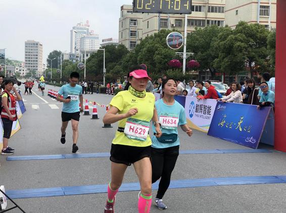 追梦新县・为爱奔跑 中国新县国际半程马拉松鸣枪开跑