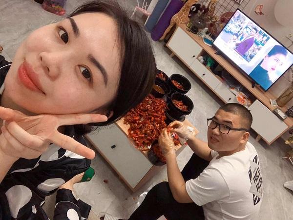 因一部網劇,杭州男子徒手剝999只小龍蝦喂老婆