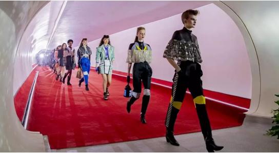 LV推出全球首款柔性屏包包!網友:是下一個時尚風口嗎