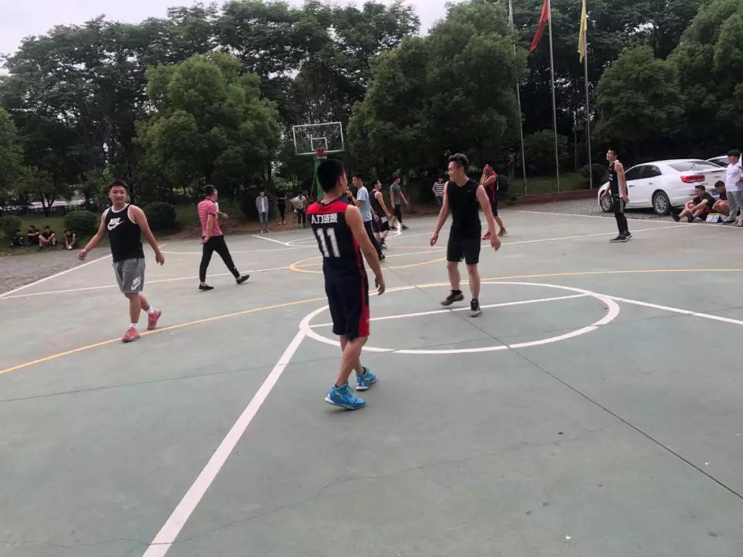 武汉工程大学16级人资市营专业举行篮球友谊赛