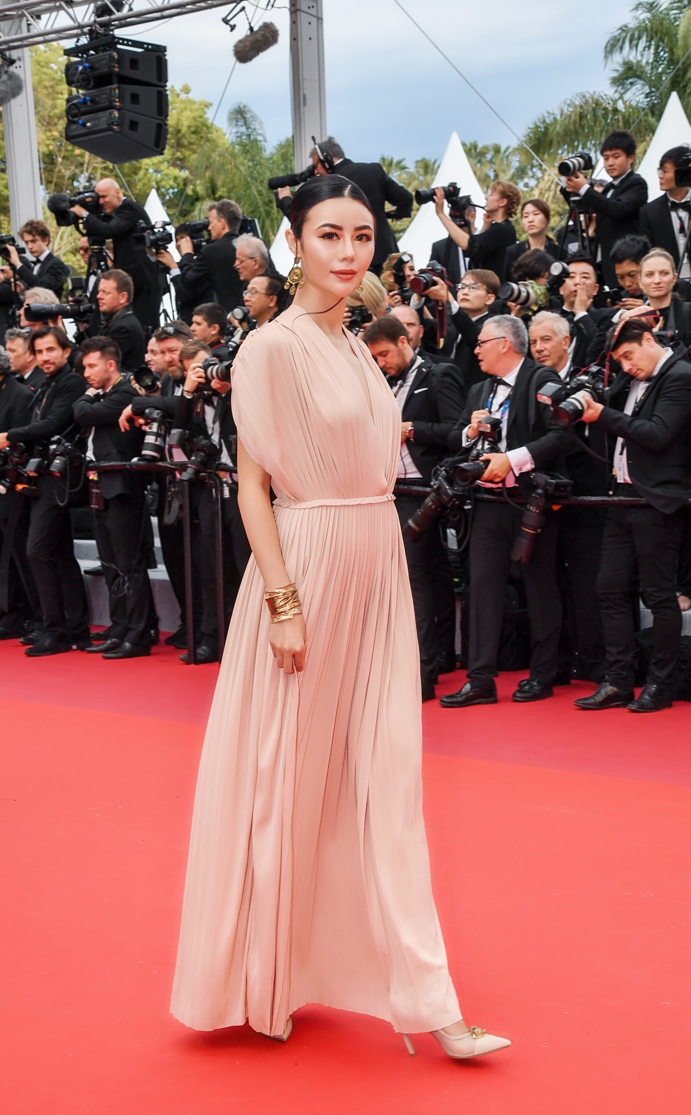 看新一代中国末运棋牌Icon吕茜如何走红毯