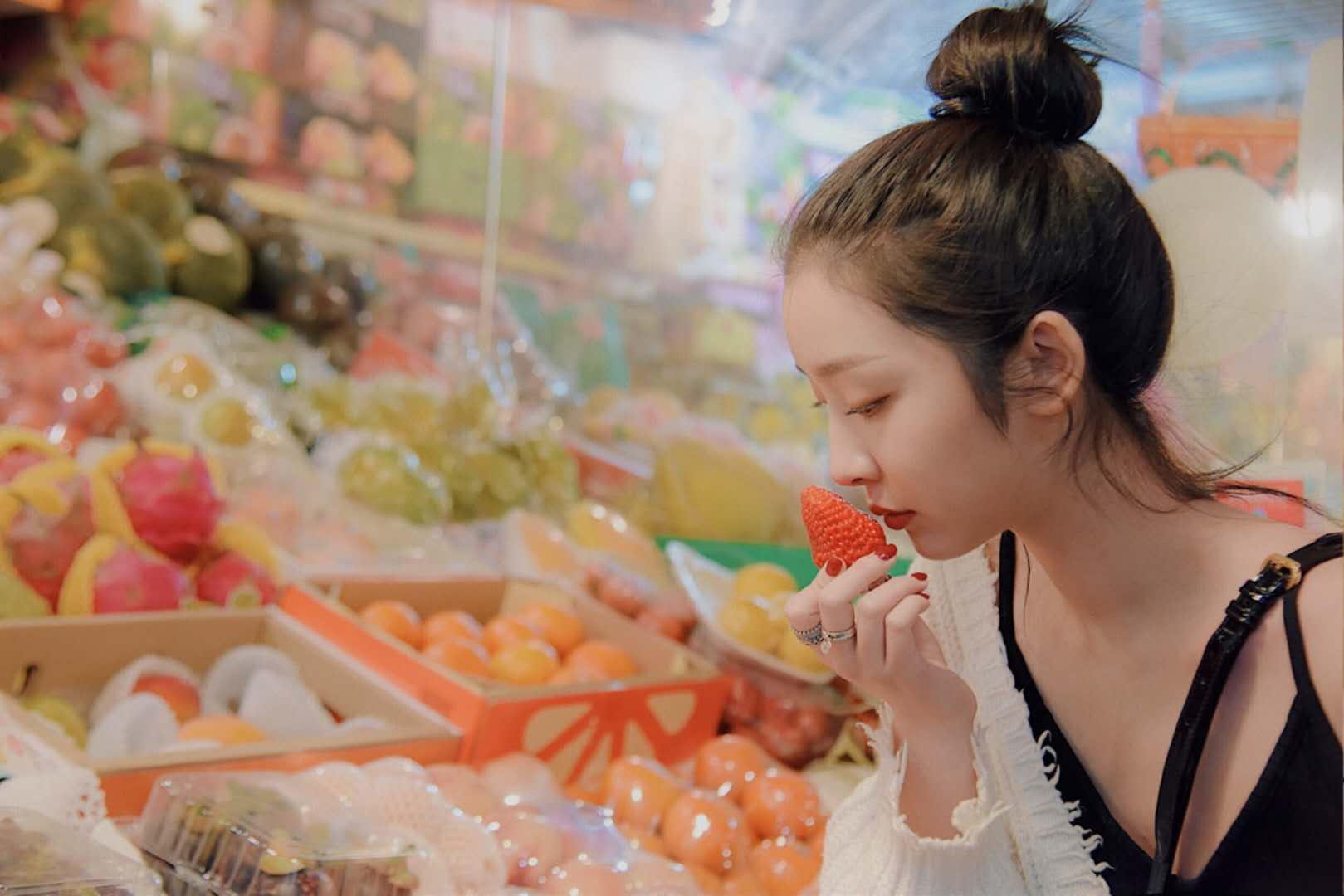 赵小棠菜市场写真轻熟妩媚  俏皮演绎夏日红唇少女