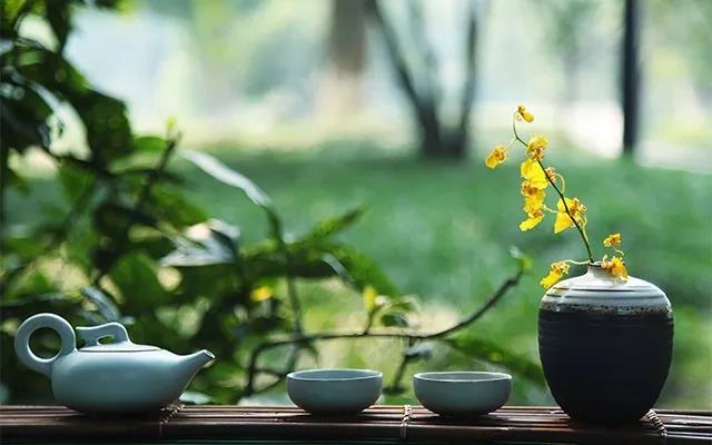心不静,品不出茶的真味也看不出书里的花