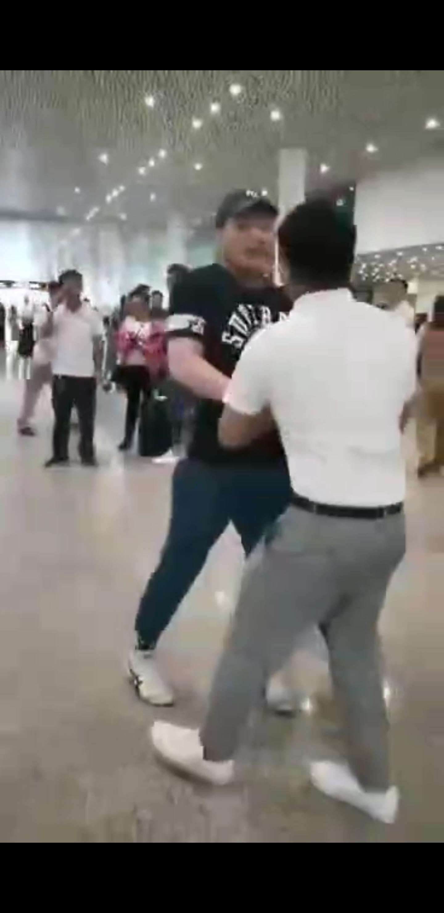 罗永浩机场与人发生争执:原因不明的照片 - 6