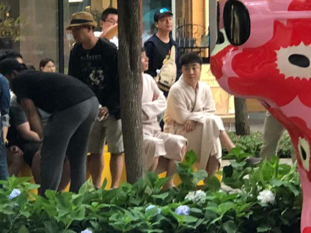 葛优穿睡袍,走街上很自信,一头齐刘海,让他不舒服,时常挠头发