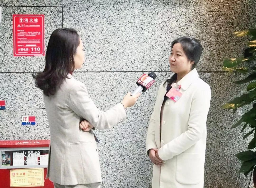 两会期间,莉珍接受记者采访