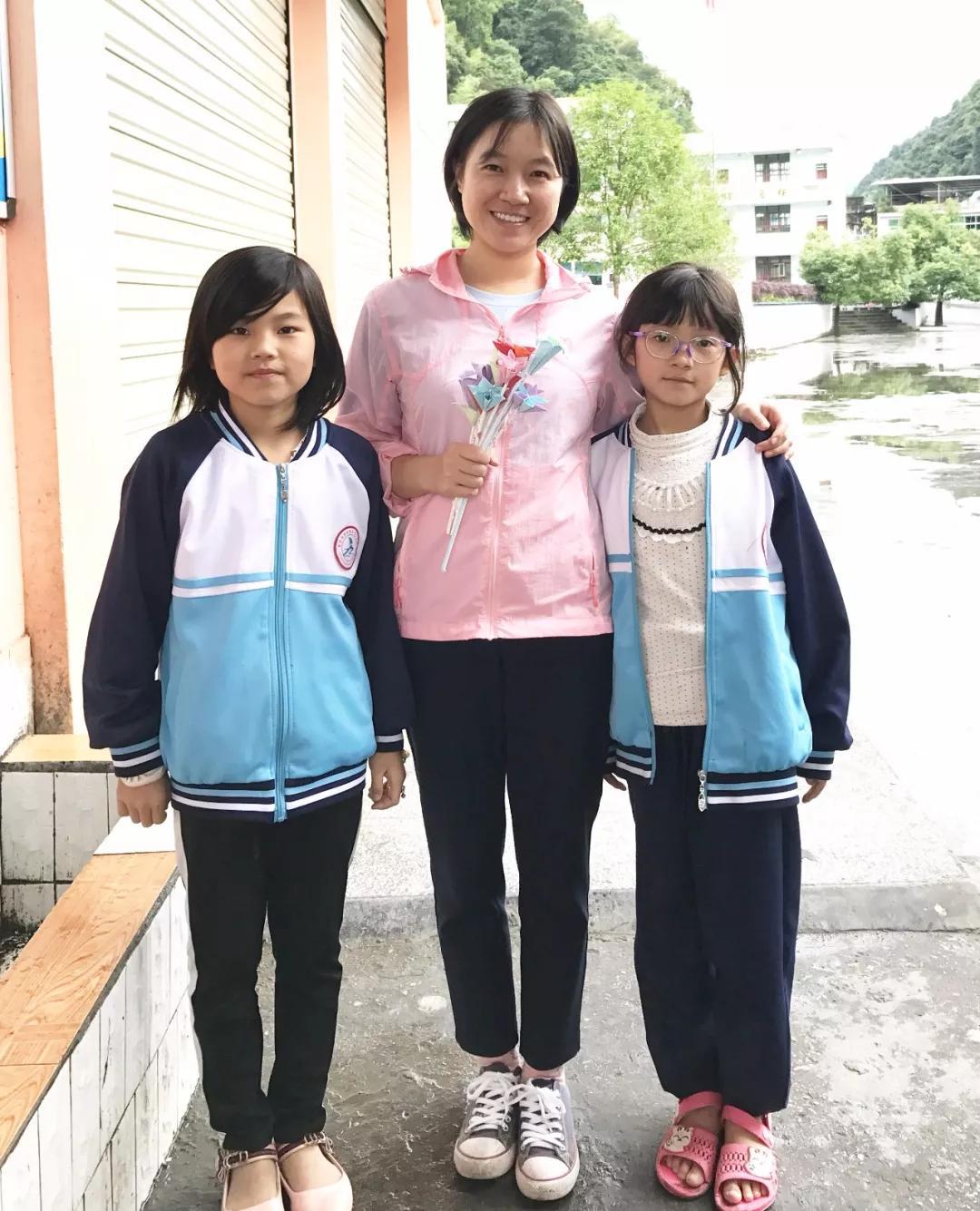 莉珍与学生合影