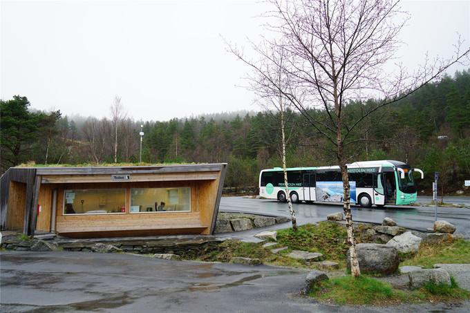 自驾或者公共交通的车都停在这里