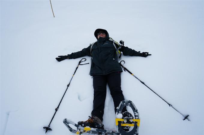 摊到在雪地