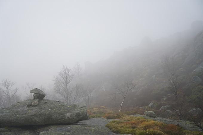 突然起雾的布道石