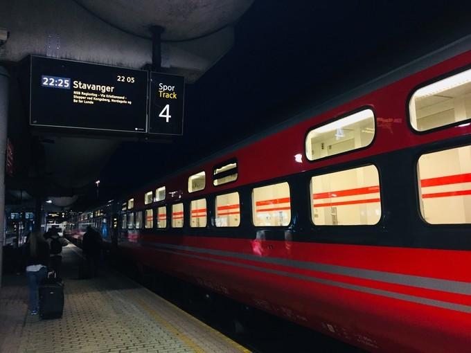 红色火车到达