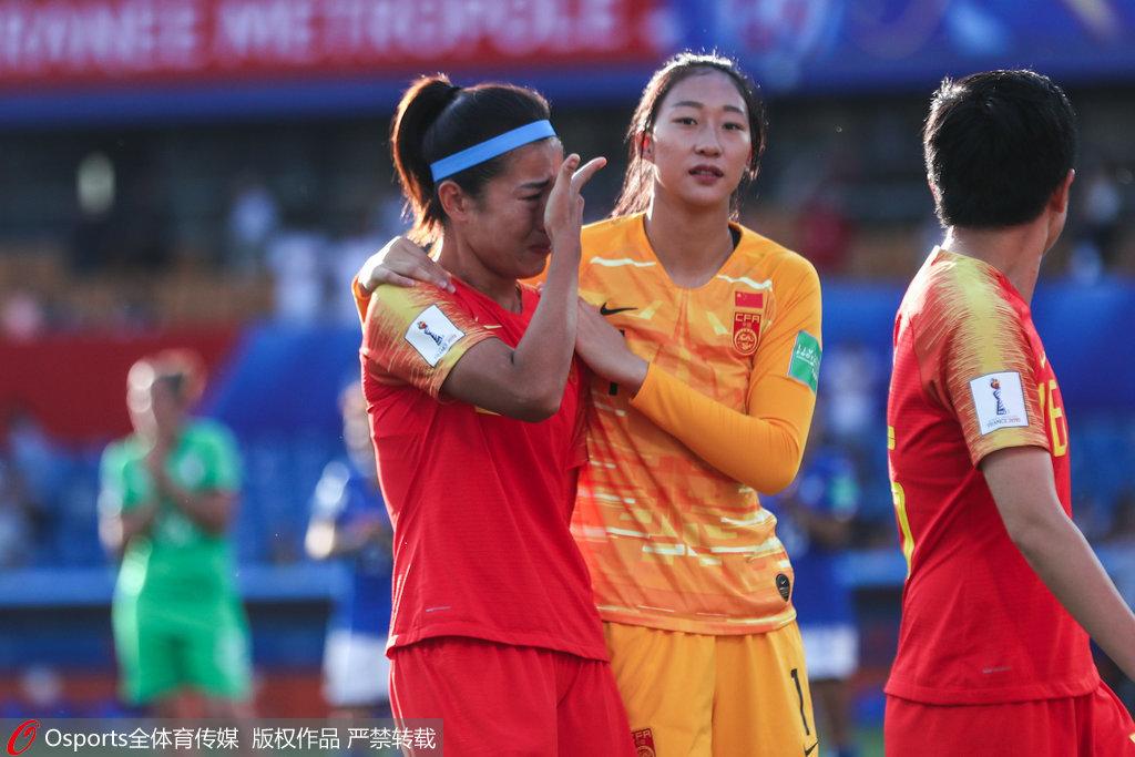 中国女足众将赛后谢场 队长吴海燕擦拭泪水图3