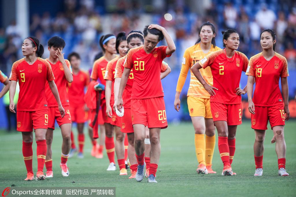中国女足众将赛后谢场 队长吴海燕擦拭泪水图1
