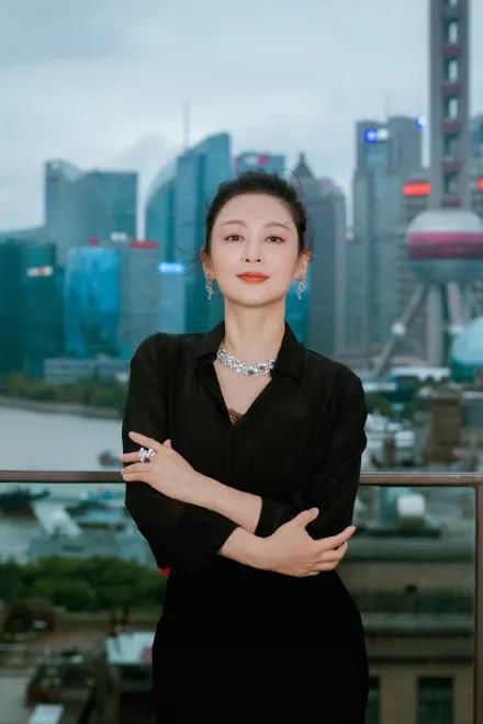 50岁的陈红依旧能靠神颜美爆热搜