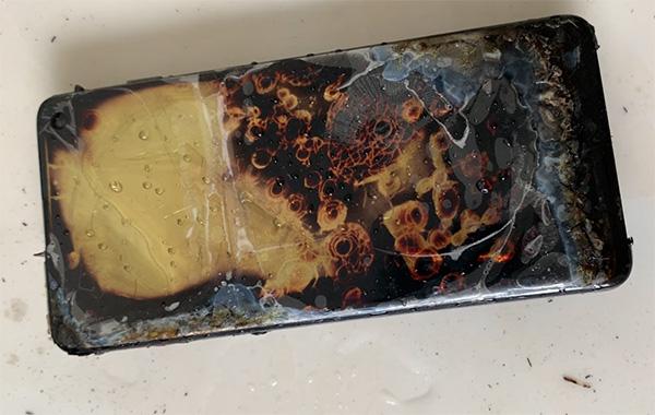 消费者称新购三星S10充电时自燃 此前国外疑有先例的照片 - 2