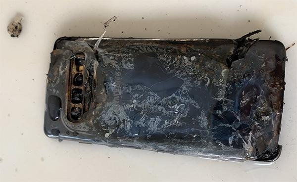 消费者称新购三星S10充电时自燃 此前国外疑有先例的照片 - 1