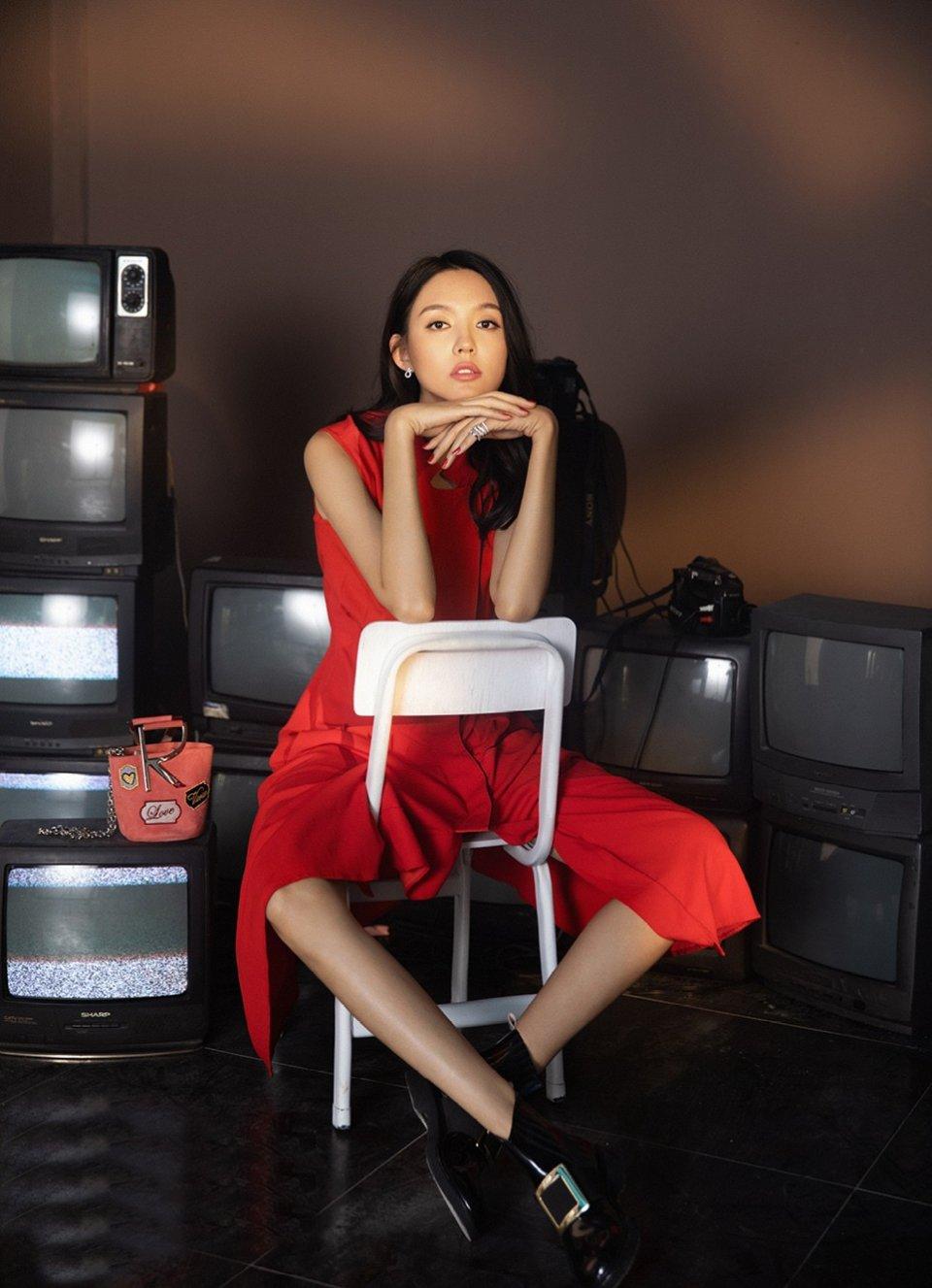 世界小姐张梓琳,红色长裙配9千6的小短靴