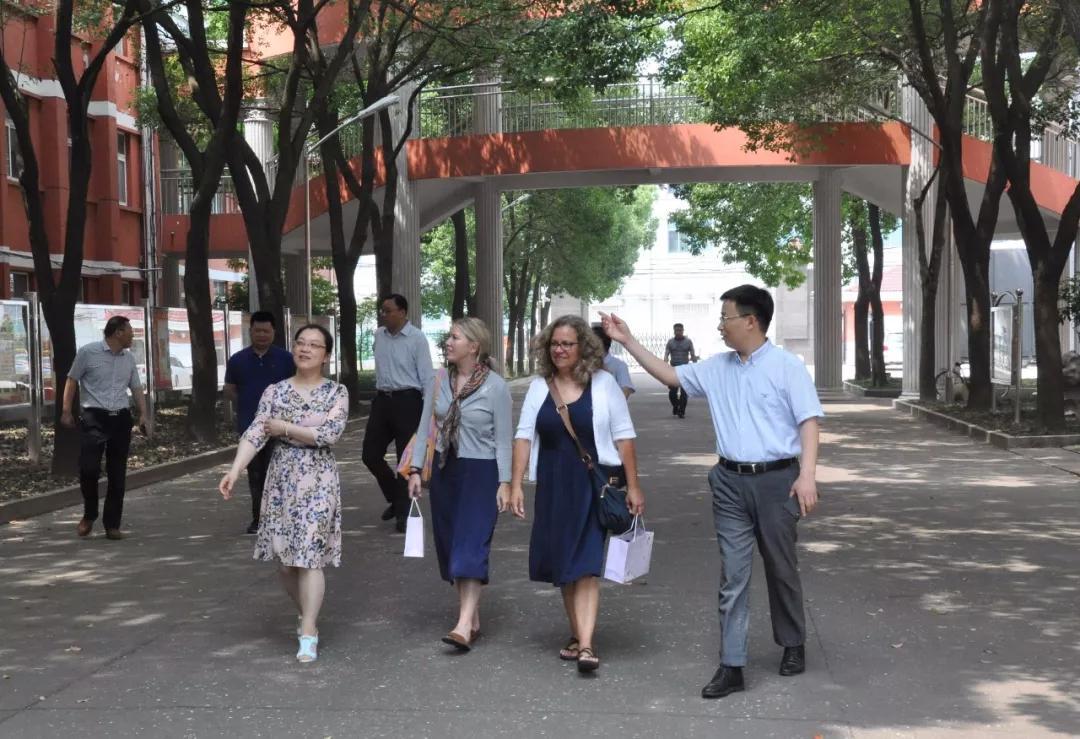 江苏省海安实验中学与美国威斯康辛州沃瓦托萨东部高中结为友好学校