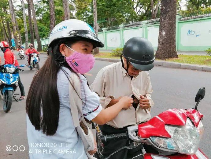 越南妹子考完试,老爸骑车来接她,还给她带来了两个小惊喜!