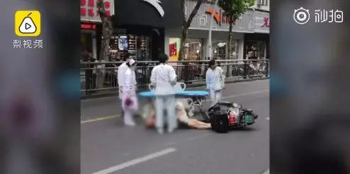 老人被撞倒在地上,狗狗寸步不离地守护,不让任何人靠近
