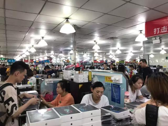 一台手机两分钟掉价上百 在华强北倒腾手机比A股刺激多了的照片 - 2
