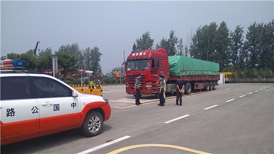 盐都区公路站联合交警治超确保公路安全畅通