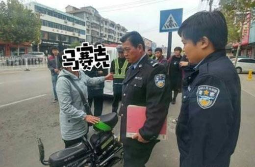 女子违章交假钞,被识破又连续掏出两张百元大钞,交警当场报警