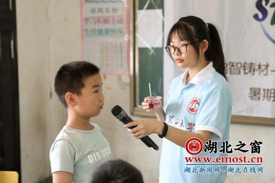 志愿者带领留守儿童自制温度计