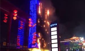 西安大唐不夜城一建筑物外立面着火