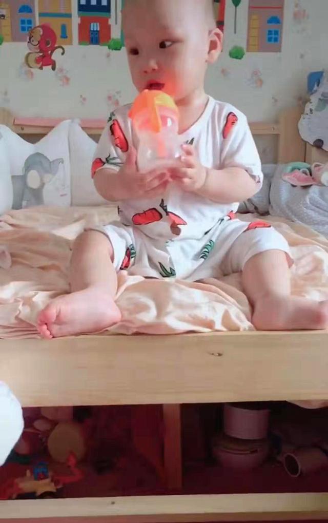 双胞胎哥哥不敢下床一直哭,弟弟看不下去了,一脚神助攻完美落地