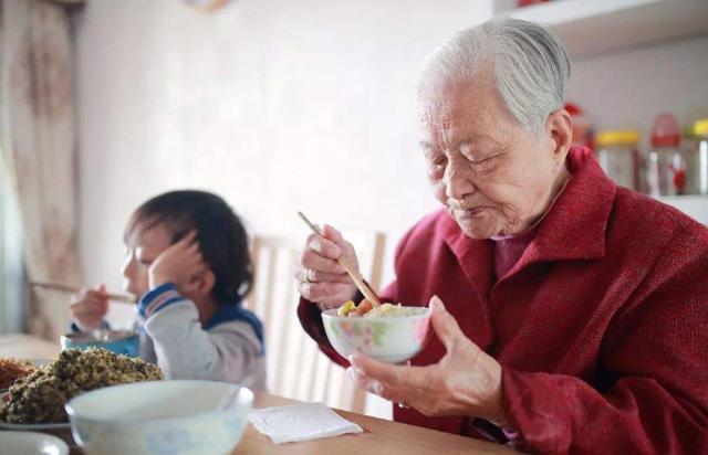 你后悔帮儿子带孩子吗?奶奶的回答让人泪目,别让新型不孝伤老人