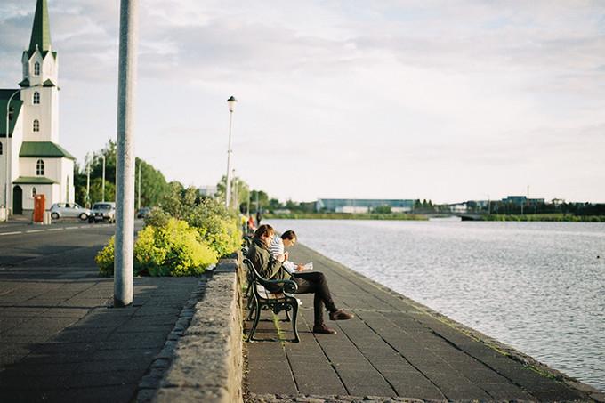 码头的长椅上安静地看书。