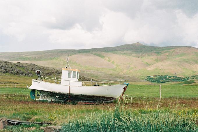 草丛的废弃小渔船
