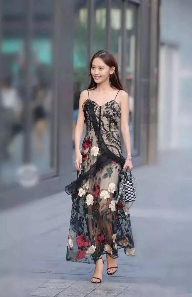 印花吊带连衣裙搭配平底凉鞋