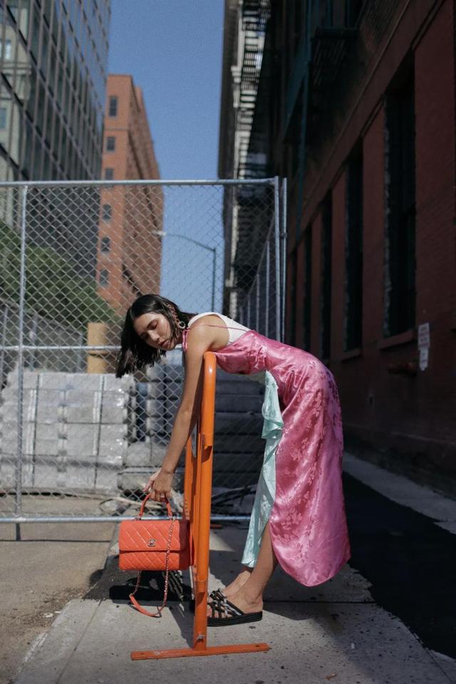 吊带连衣裙搭配平底凉鞋