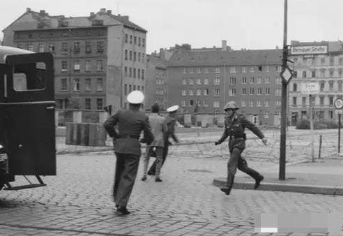 """这名东德士兵因为""""叛逃"""",曾红极一时,晚年却是这般下场"""