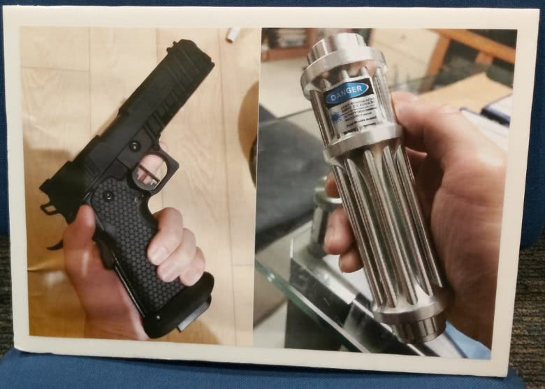 """香港警方捣毁武器库展示证物,称有人鼓吹使用""""强力激光炮"""""""