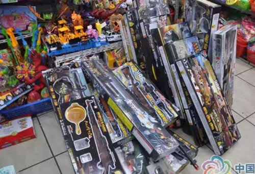 九龙小商品等多家综合市场被查!警方收缴403支仿真枪~