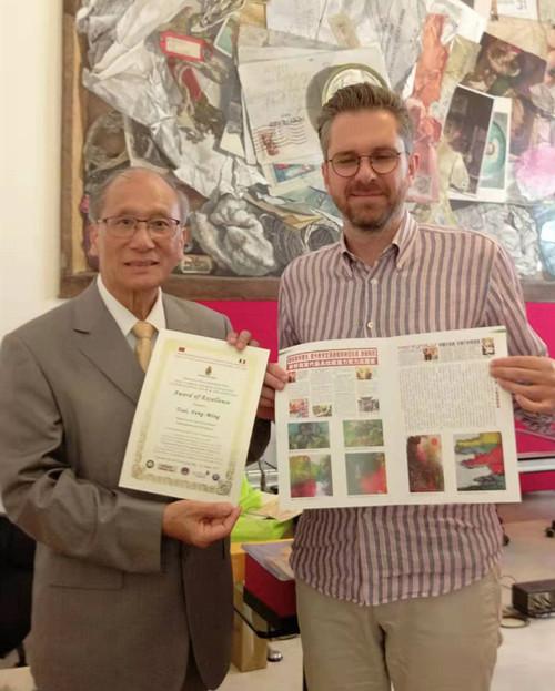 意大利波隆那文化局长 Mr.Matteo Lenore 向台湾艺术大师 蔡丰名颁发荣誉证书