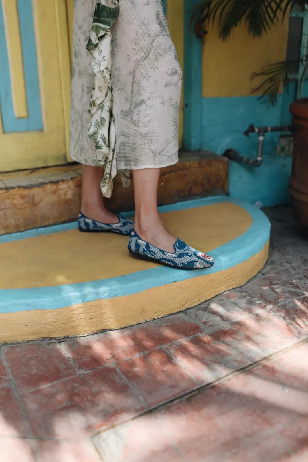 开叉连衣裙搭配平底鞋