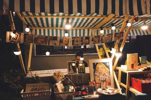 青果巷夜晚生活变的丰富:有的摆摊搞市集,有的弹吉他琴画画都有…